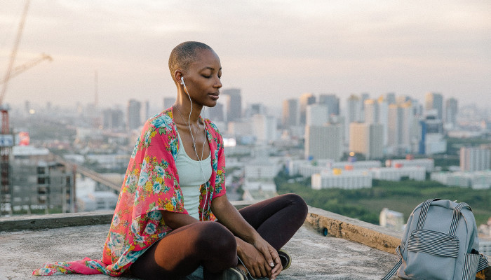 A Holistic Psychologist Shares 5 Ways To Detox Your Mind & Feel Refreshed