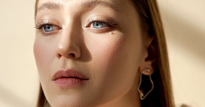The Makeup Artist's Tips To Get Dewy Skin Easily—No Matter Your Skin Type