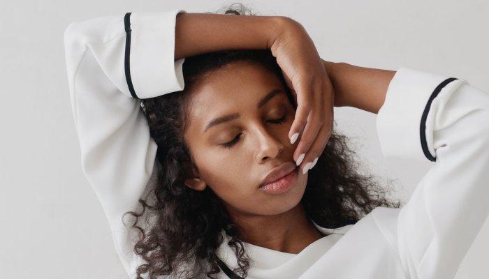 aplicación de aceites esenciales en el cuero cabelludo