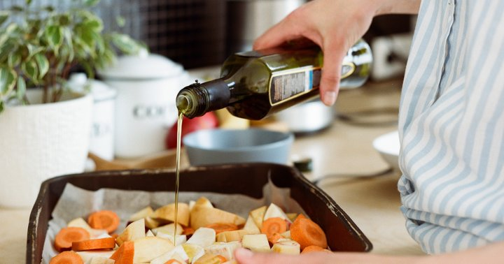 8 Of The Healthiest Cooking Oils & How Nutritionists Use Them