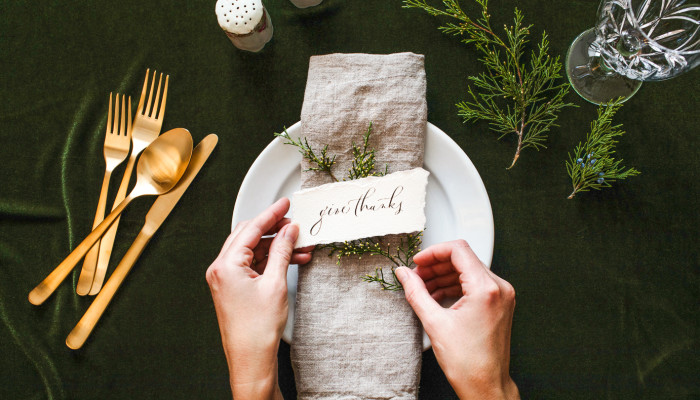 How To Set The Minimalist Table Of Your Dreams This Friendsgiving