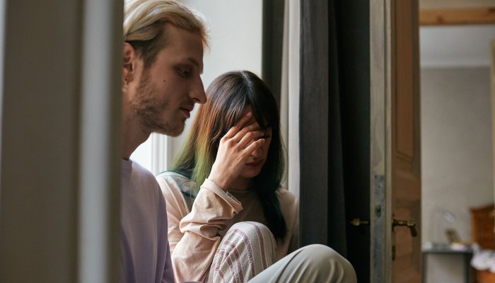 4 Essential Steps To Dealing With Jealousy In Relationships, From A Therapist