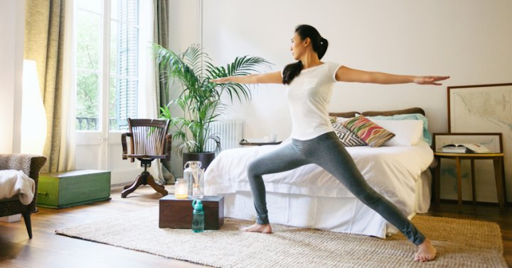 A 1-Minute Yoga Sequence To Unwind Before Bed - mindbodygreen