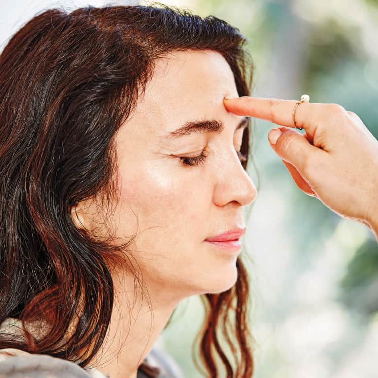 A diy facial massage for radiant glowing skin mindbodygreen how to practice self massage solutioingenieria Images