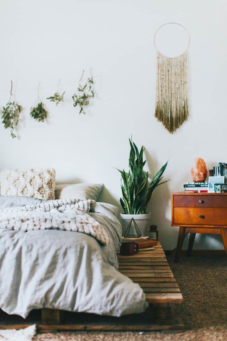 feng shui for your bedroom 101 mindbodygreen. Black Bedroom Furniture Sets. Home Design Ideas