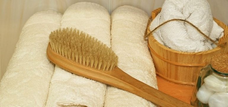 A Step-By-Step Guide To Dry Skin Brushing Hero Image
