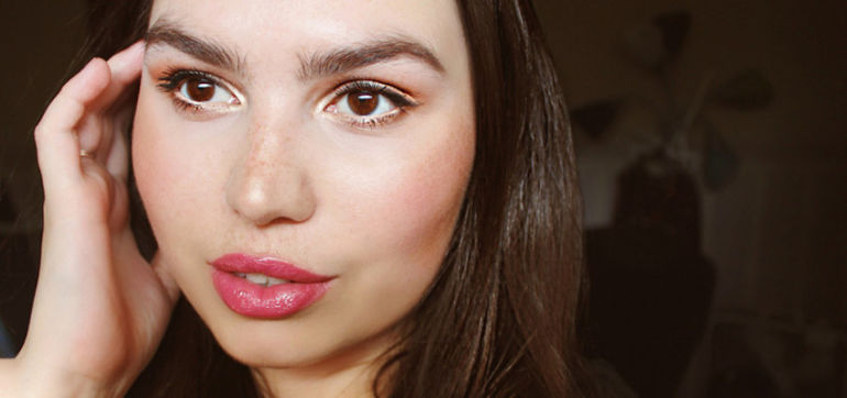 Natural & Nontoxic Makeup Tips For The Perfect Fall Glow Hero Image
