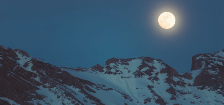 8 Rituals To Practice For Tonight's Full Moon In Cancer Hero Image