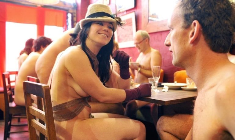 Фото голые в кафе