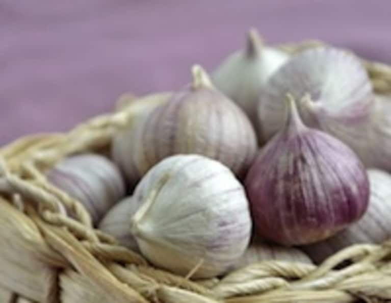 Beat Colds With Homemade Garlic Ear Oil