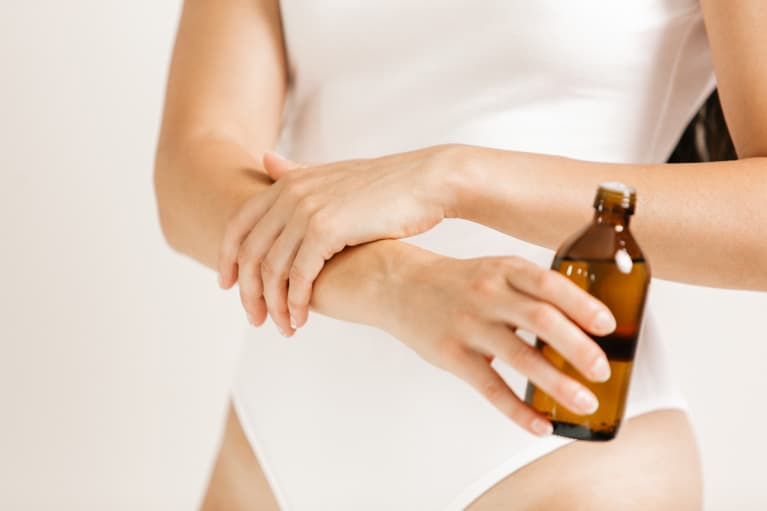 The Woody Essential Oil That Can Help Soothe Inflammation & Joint Pain