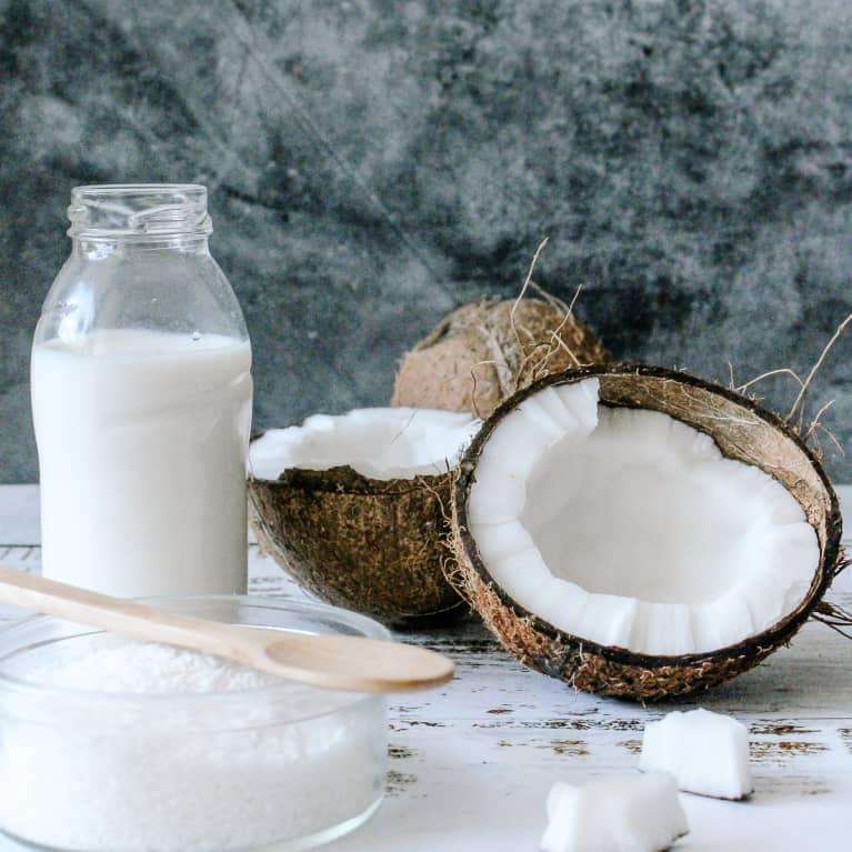 剖开椰子椰汁牛奶和糖