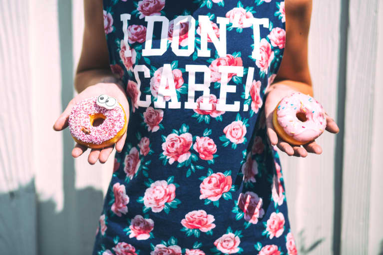 Here's Exactly How To Outsmart Those Junk Food Cravings When You're Tired