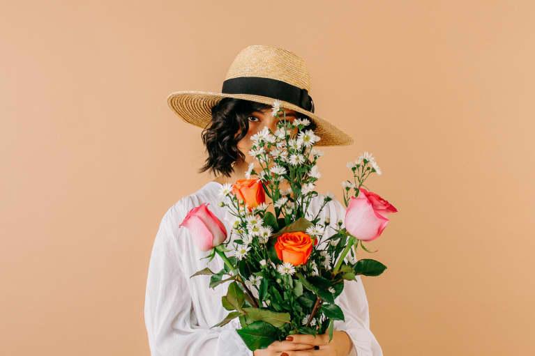 女子手捧鲜花的花束