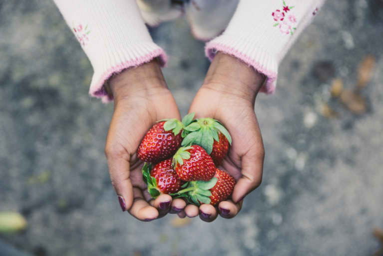 8 Foods I Recommend Kids Eat Organic: A Nutritionist Explains