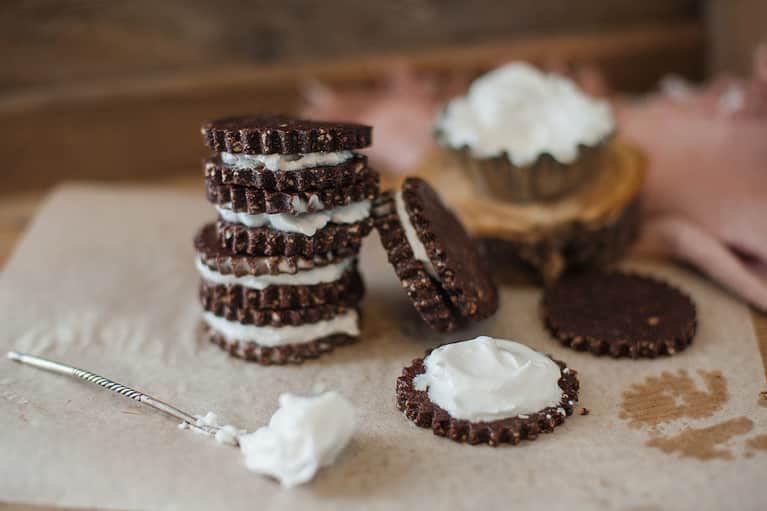 Raw Superfood Cookies That Actually Taste Like Oreos