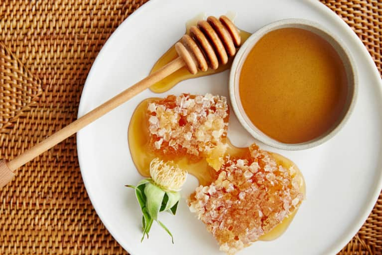 Ever Wondered What Manuka Honey Is? Turns Out, It Can Help With Gut Health, Insomnia, Allergies & More