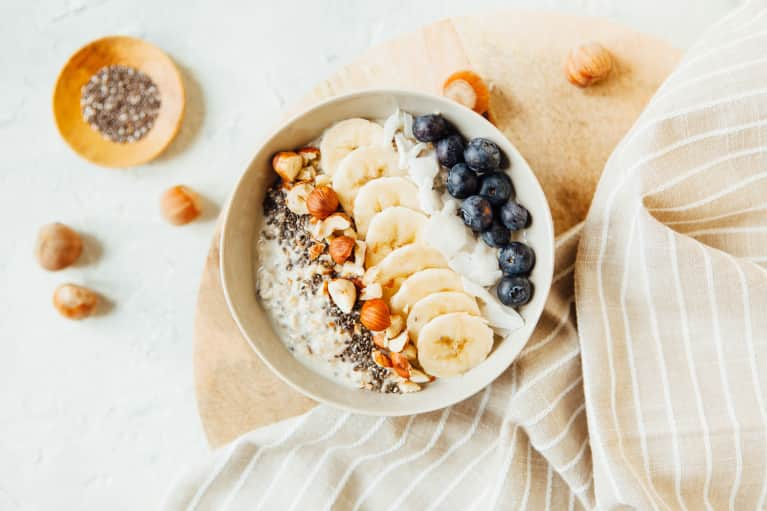 low fodmap oatmeal with banana, blueberries and hazlenuts